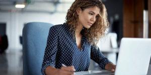 Image d'une femme en réunion pour un projet